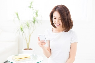 pixta_スマホ女性3.jpg